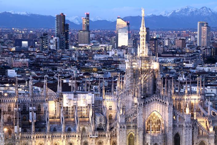 Milan - Soirée vue panoramique sur la ville, avec la cathédrale du Duomo de Milan au premier plan